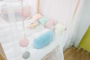 Moskitonetz für das Kinderbett